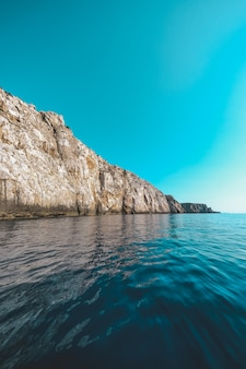 Океан в окружении скалистых обрывов