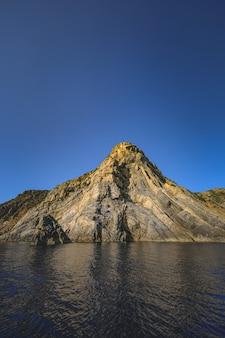 岩の崖に囲まれた海