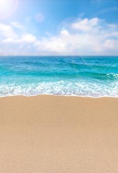 砂浜の海の波