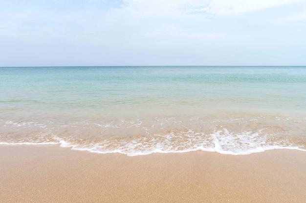 海の波とランタ島、クラビ、タイの砂のビーチ