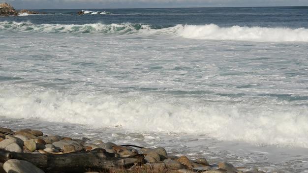 파도와 바위, 몬터레이, 캘리포니아, 미국. 17마일 드라이브. 물이 튀다