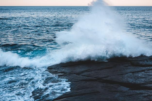 日中の海岸に打ち寄せる海の波