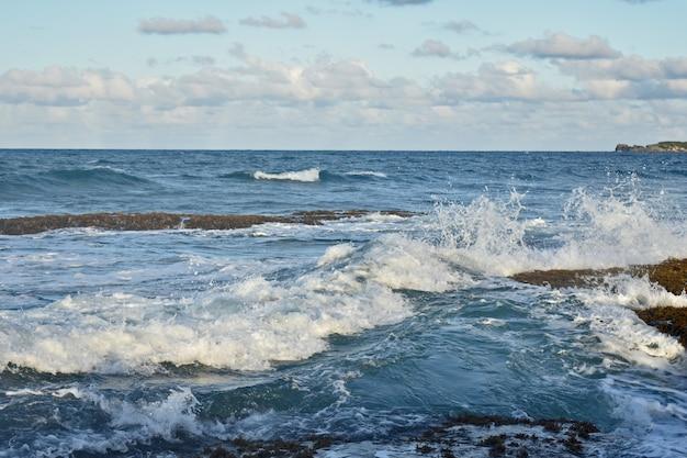 파도가 바위 해안을 때린다