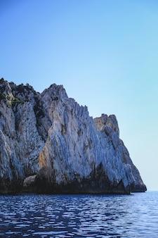 岩の崖に当たる海の波