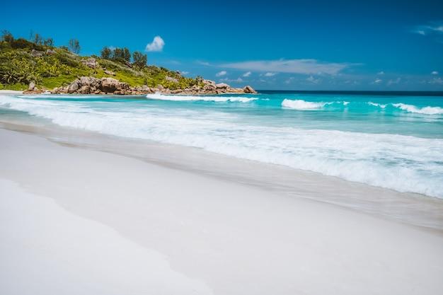 セイシェルのラディーグ島にあるエキゾチックなビーチ、アンスココの海の波。