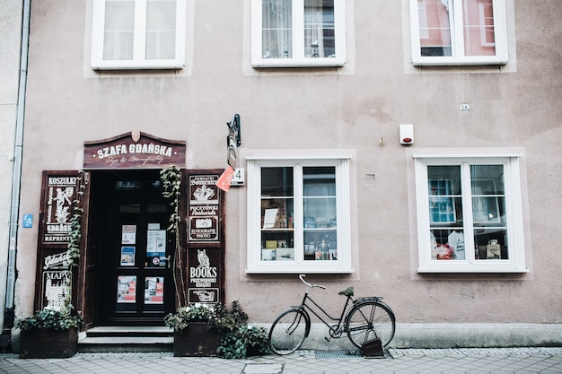 2018 년 10 월 1 일-바르샤바, 폴란드 : 기념품 가게 내부와 외부 오래된 자전거가있는 전통적인 동유럽 건물의 외관에서보기