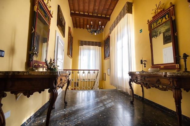 2018年10月12日トスカーナ地方のヴァダの町の近くのヴィラグラツィアーニの内部