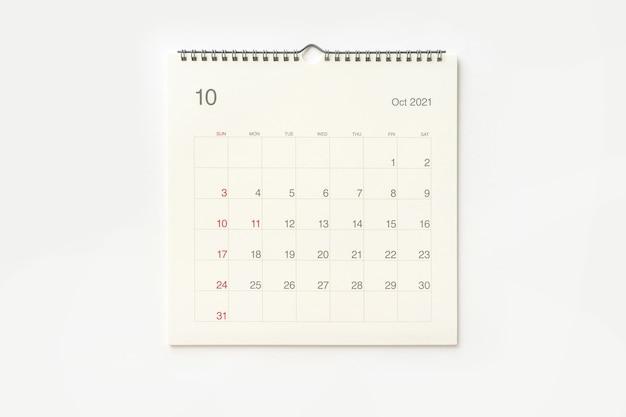Страница календаря октября 2021 года на белом фоне. фон календаря для напоминаний, бизнес-планирования, встреч и мероприятий.