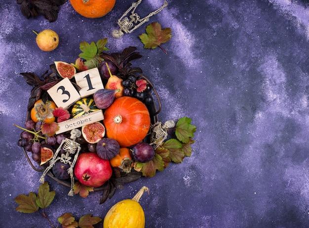 31 октября. хеллоуин композиция с сезонными осенними фруктами.