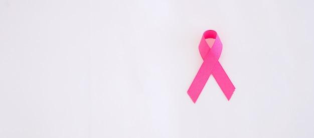 Октябрь месяц осведомленности рака молочной железы, взрослая женщина, держащая розовую ленту для поддержки людей, живущих и больных.