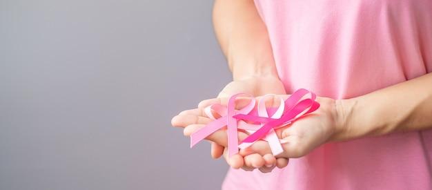 Октябрь месяц осведомленности о раке груди, пожилая женщина в розовой футболке с розовой лентой в руке для поддержки людей, живущих и больных. концепция международного дня борьбы с раком женщины, матери и мира