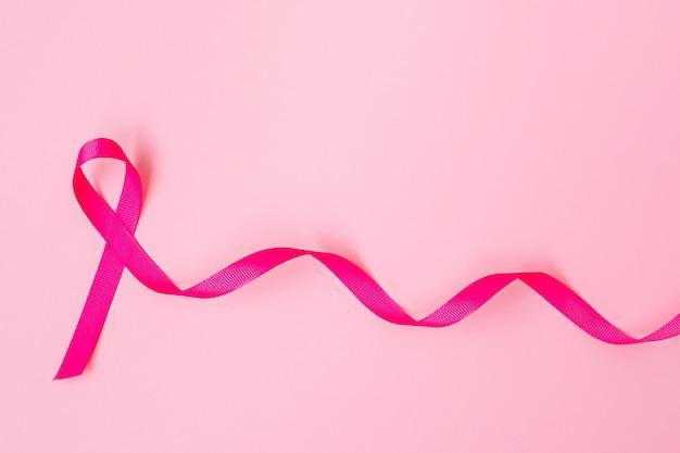 Октябрь месяц осведомленности о раке груди, розовая лента на розовом фоне для поддержки людей, живущих и больных. концепция международного дня борьбы с раком женщины, матери и мира