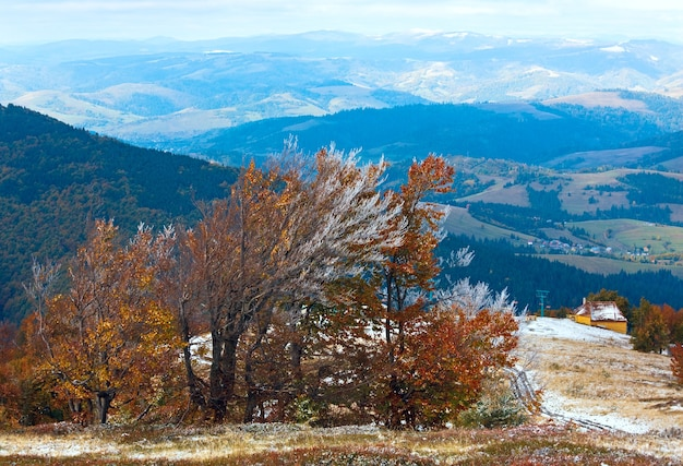 Октябрь карпатское горное плато боргава с первым зимним снегом и осенней красочной листвой