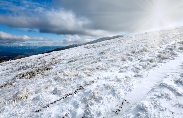 Октябрь карпатское горное плато боргава с первым зимним снегом и солнцем в небе