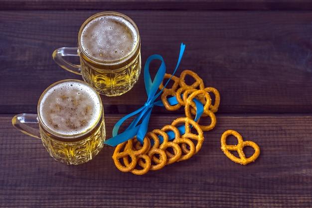 Октябрьский праздник. пивная кружка с закусками из соленых прицелей, бретцелей