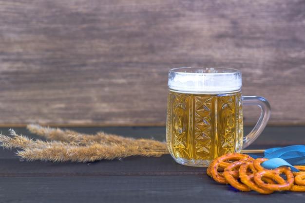 オクトーバーフェスト。塩プレッツェル、プレッツェルのスナックとビールジョッキ