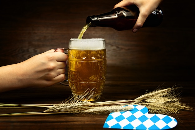 10月祭のコンセプトです。ビールのパイントグラスカップにビールのボトルを注ぐ
