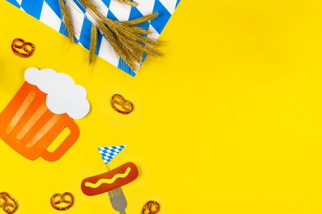 10月祭のコンセプトです。小麦、ドイツビール、甘いおいしいスナックプレッツェル、ソーセージとフォーク