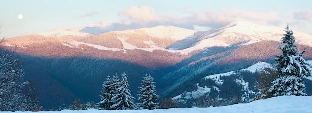 Октябрьский горный пейзаж с первым зимним снегом и разноцветной листвой прошлой осени на дальнем склоне горы. два кадра сшивают изображение.