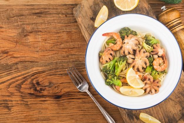 Лапша с морепродуктами из осьминога и креветок
