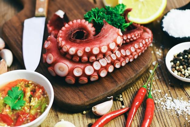 Еда из осьминогов, салат из приготовленных кальмаров, морепродукты, ужин из каракатиц, ресторан