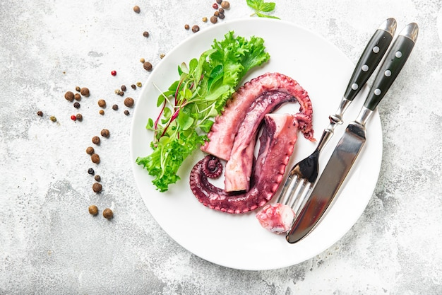 プレートシーフードセカンドコースのタコ料理テーブルコピースペースで食事スナックを食べる準備ができて新鮮