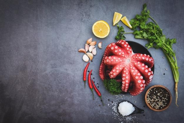 Салат из осьминога на черной тарелке для приготовленных морепродуктов, свежий кальмар, осьминог, каракатица