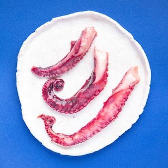 タコ料理サラダシーフード新鮮な部分テーブルコピースペースで食事スナックを食べる準備ができて