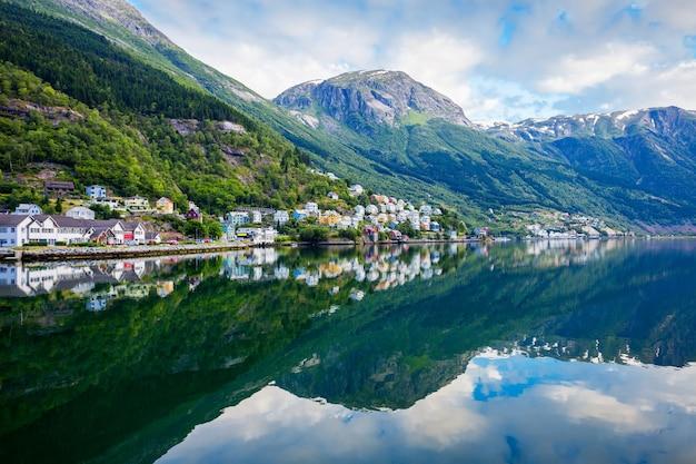 Odda는 노르웨이의 hardanger 지역에있는 hordaland 카운티의 odda 시정촌에있는 마을입니다. trolltunga 암석 근처에 위치하고 있습니다.
