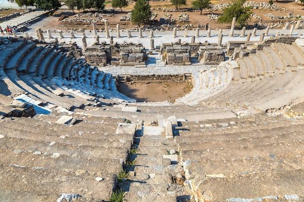 Небольшой театр одеон в древнем городе эфес, турция