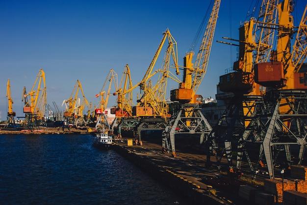 オデッサ商業港。総出荷トン数で世界で最も忙しい港です。