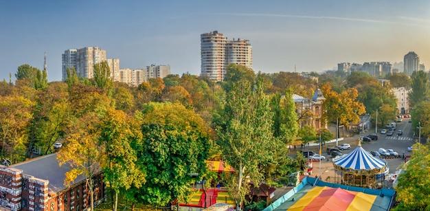 Одесса, украина 03.08.2020. вид сверху на парк шевченко в одессе, украина, в солнечный весенний день