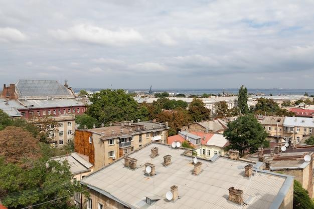 オデッサ、ウクライナ-2018年9月9日:オデッサの屋根と古い中庭の航空写真。屋上からのオデッサの眺め。旧市街の建物