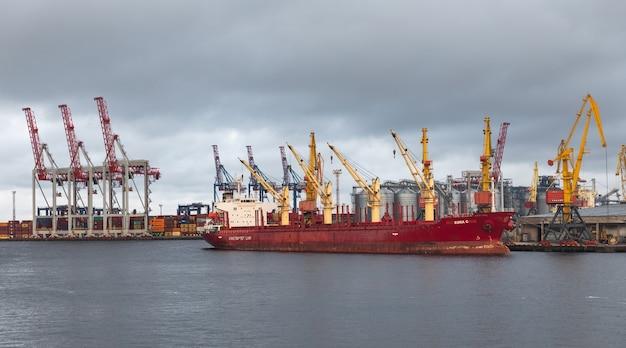 Одесса, украина - 10 сентября 2018: морской промышленный торговый порт. индустриальная зона одесского морского порта. контейнерные краны. грузовой контейнерный терминал морского грузового промышленного порта.