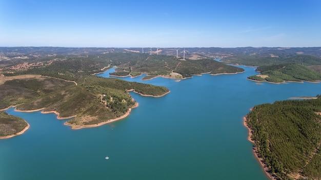 空中。 odiaxere bravuraダムは、ポルトガル南部に水を蓄えます。