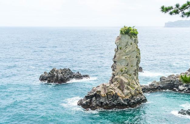 Скала чеджу-до oedolgae (известная природная достопримечательность) на острове чеджу,