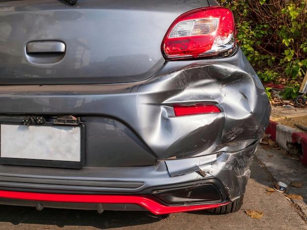 車とオートバイの間の衝突の。事故のモーターサイクリストがpaの車のトランクに衝突します。