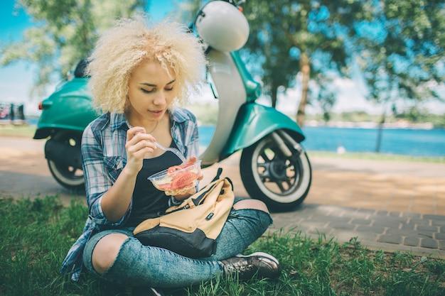 샐러드를 먹는 아름 다운 아프리카 계 미국인 여자의 초상화