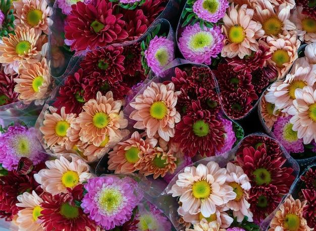 昼間の販売のための色とりどりの花の
