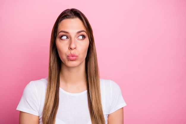 Милой заинтересованной девушки на свидании со своим парнем хотят знать, как все выглядят copyspace отправить воздушный поцелуй носить современный стильный наряд