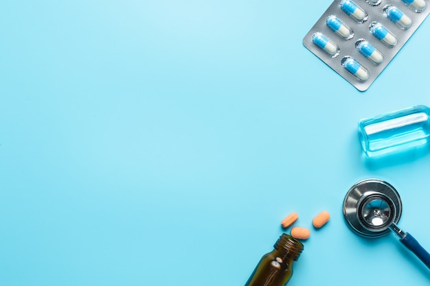 Медикаментов, медикаментов на голубом.