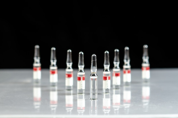 薬瓶の。薬とガラスアンプル。流動性のある薬が一列に並んでいる
