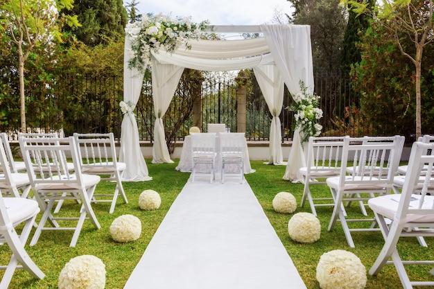 정원에서 결혼식 훈장. 현대 결혼식.