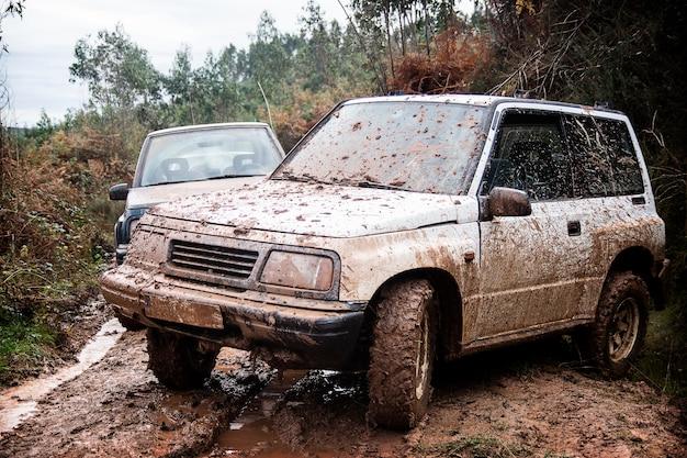 山道の泥だらけのオフロード車