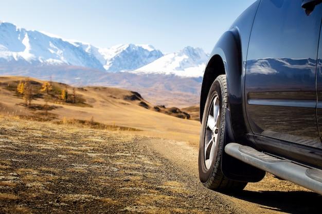 산에서 오프로드 여행. 자유 자동차 여행 개념.
