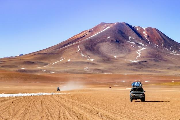 ボリビアのアンデス高原のオフロード車