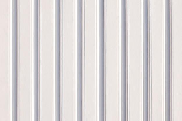 На белом фоне стены