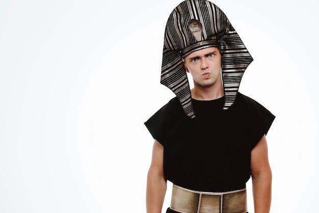 흰색에 인상을 찌푸리고 고대 이집트 의상을 입은 불쾌한 남자