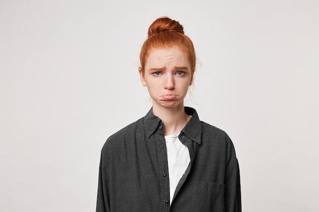 Ragazza triste sconvolta offesa vestita in camicia nera casual