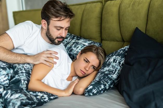 気分を害した女性はベッドに横たわっている間彼の男と話をしません